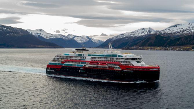 Etter to døgn med seiling i farvannene i Møre og Romsdal med snøkledde Sunnmørsalper, returnerte MS Roald Amundsen til kai ved Kleven Verft i Ulsteinvik mandag 25 februar.