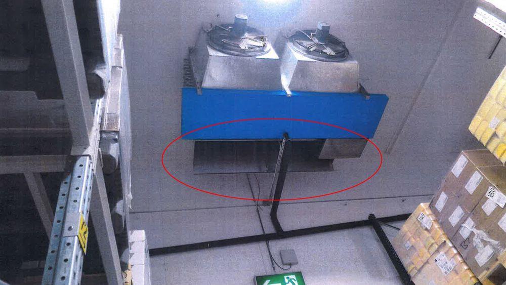Da avrimingshetten (rød ring) ble montert, ble det boret hull i bunnpannen (blå).
