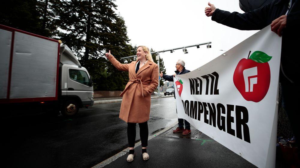 Oslo FrP, med førstekandidat Aina Stenersen i spissen, aksjonerer mot nye bomstasjoner 1. juni. på bl.a. Østre Aker i Oslo.