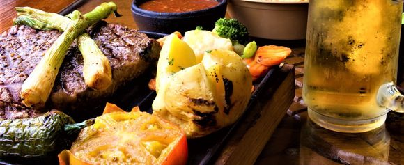 T-ben stek med bakte poteter T-bone steak with baked potatoes), USA