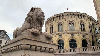Nærbilde av løve foran Stortinget.