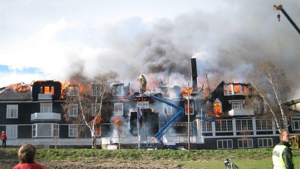 Automatiske slokkeanlegg basert på gass er vel så gode som sprinkleranlegg, mener blant andre brannsjef Åge Tøndevoldshagen, også i hoteller, boligblokker og andre bygg med overnatting. Her fra brannen på Dombås hotell i 2007.