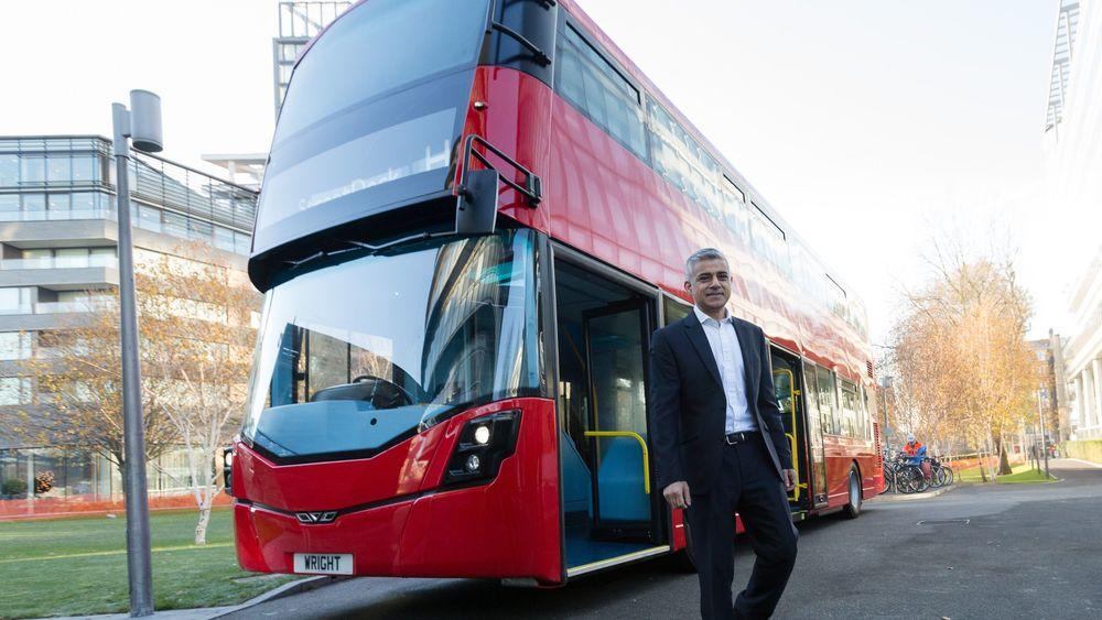Nels nye partner, Wrightbus, har blant annet levert hydrogenbusser til London. Her er det Londons ordfører Sadiq Khan, som er fotografert foran en av selskapets britiske hydrogenbusser.