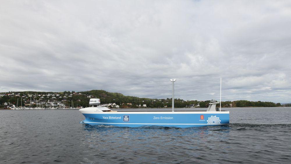 Modell av Yara Birkeland seiler autonomt i indre havnebasseng i Horten