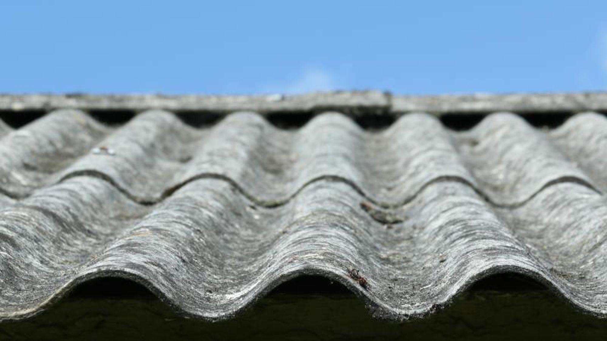 Asbest: Det er ikke mulig å se med det blotte øyet, om et eternitt-tak inneholder asbest eller ikke.  Stoffet ble forbudt i Danmark i 1987.