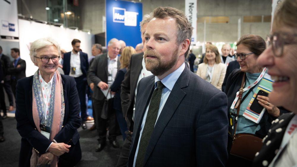 Digitalisering blir viktig for havnæringene framover, sier Torbjørn Røe Isaksen. Her på Nor-Shipping 2019.