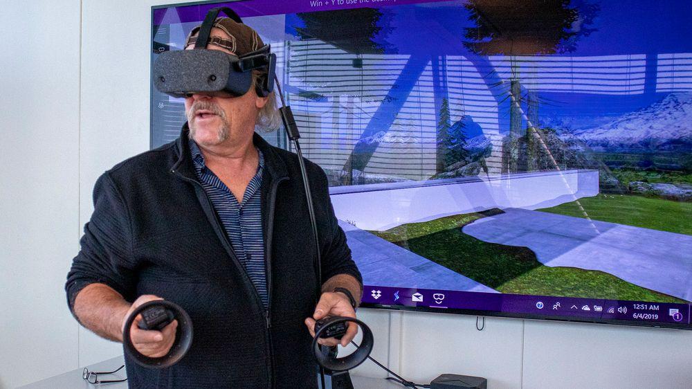 Selvgjort er velgjort: Martin viser oss nye HP Reverb. Headsettet orienterer seg i rommet og i forhold til håndkontrollene med to kamera i front.