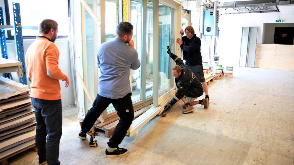 Kulturinstitusjonen Salt har sikret seg en dobbel terrassedør. Olav Sunde og Martin Eid hjelper til med å få glassdøra trygt ut.