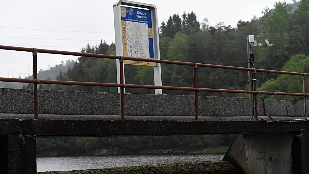 Rundt 50 personer har vært innom legevakten på Askøy med symptomer som feber, diaré og magesmerter på grunn av mistanke om smitte via Kleppe vannverk på Askøy. Folk må koke vannet.
