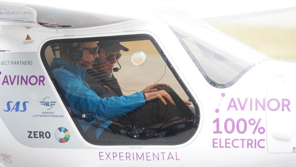 Avinor-sjef Dag Falk-Petersen (til høyre) går i bresjen for en elektrisk luftfart. Men før det skjer, må han kutte betydelige kostnader. Her på en testtur med Ketil Solvik-Olsen.