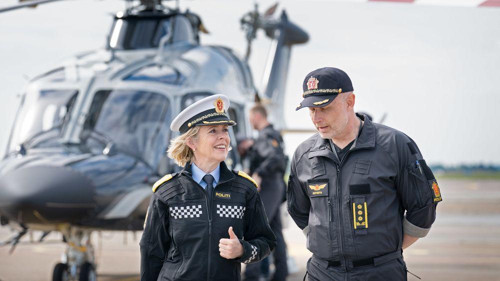 Politidirektør Benedicte Bjørnland etter sin første tur med det nye politihelikopteret. Her i samtale med sjef for Politiets helikoptertjeneste, Freddy Rotseth.