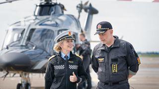 Politidirektør Benedicte Bjørnland i samtale med sjef for Politiets Helikoptertjeneste, Freddy Rotseth.