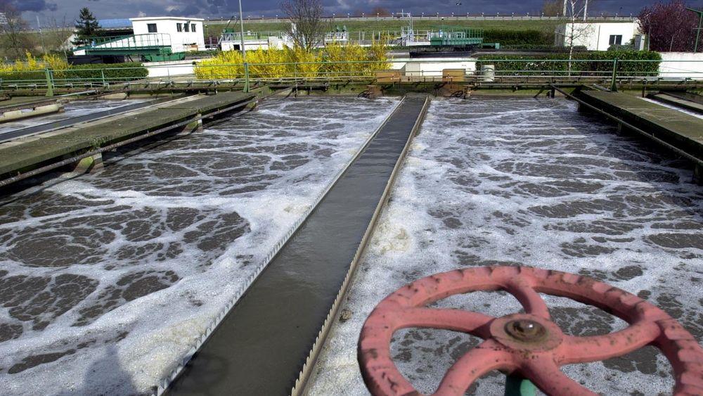 Filtrering med aktivt kull er den mest utbredte teknologien for å rense dansk drikkevann i dag, men nå skal man også teste membranteknologi. Bildet er en illustrasjon og viser ikke vannverket i Dragør eller Esbjerg.