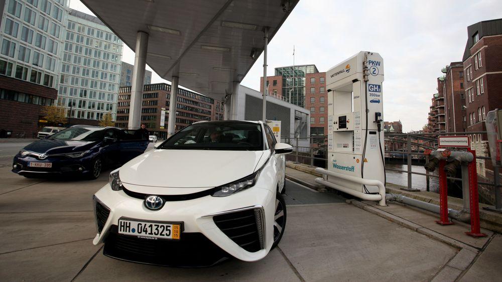 Toyota Mirai på en av fire hydrogenfyllestasjonene i Hamburg.