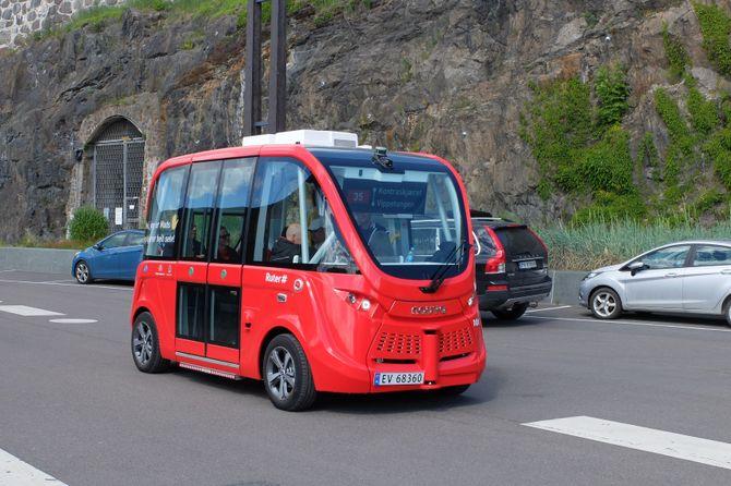Den førerløse bussen Mads kjører uten sjåfør langs havnepromenaden i Oslo, fra Vippetangen til Kontraskjæret.