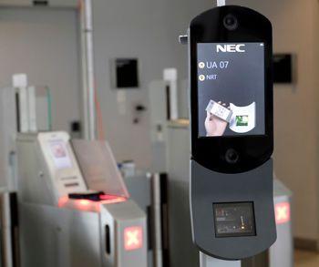 En maskin for ansiktsgjenkjenning skanner passasjer ved en gate på George Bush Intercontinental Airport i Houston. Forvarere av persvonvernet anser disse som et steg mot en overvåkingsstat