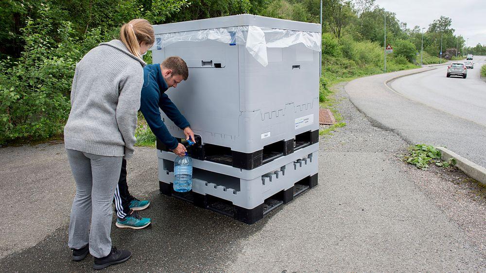 Askøy kommune erkjenner at de har sviktet når det gjelder å sikre rent drikkevann til innbyggerne. Vanntanker er plassert rundt på Askøy der folk som er tilknyttet Kleppe vannverk kan tappe vann. Her fra Juvikflaten.