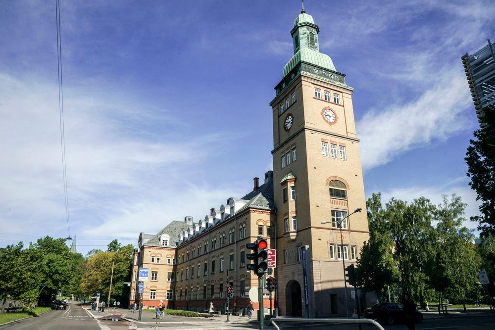 Oslo universitetssykehus Ullevål og deres advokater mener feil ved installasjonen av et sprinkleranlegger årsaken til en vannlekkasje.