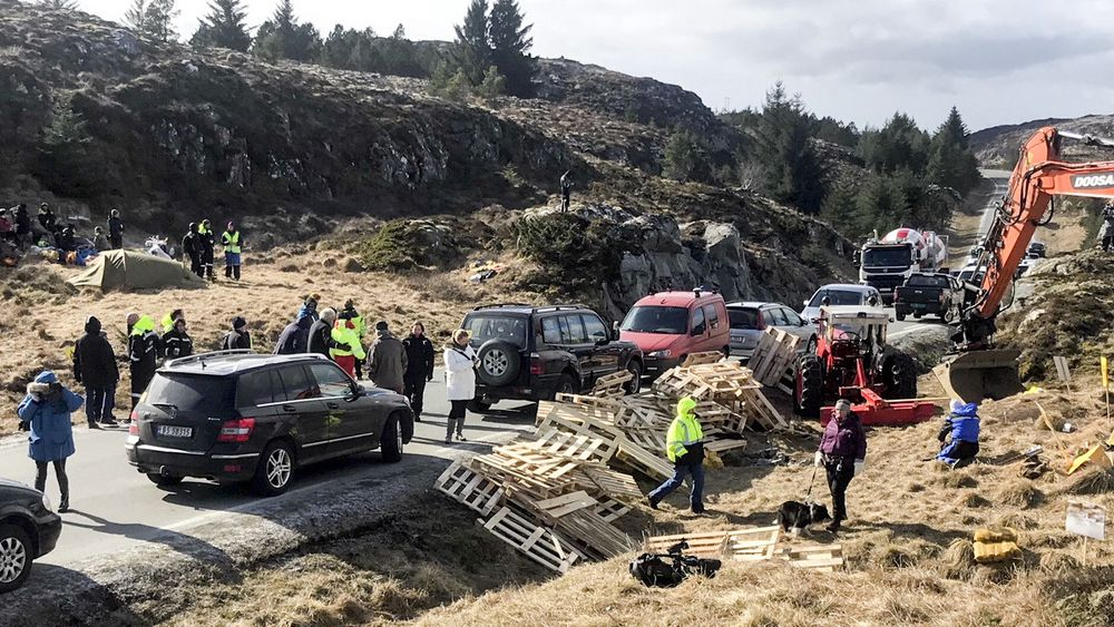 Demonstrasjon mot vindmølleutbygging på Frøya i april.
