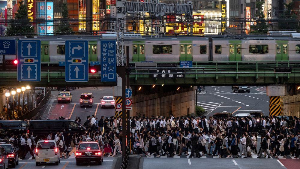 Droneflyging i beruset tilstand, og flyging av droner over folkemengder, skal nå slås ned på i Japan. Bildet viser kveldsrushet i Shinjuku-distriktet i Tokyo.