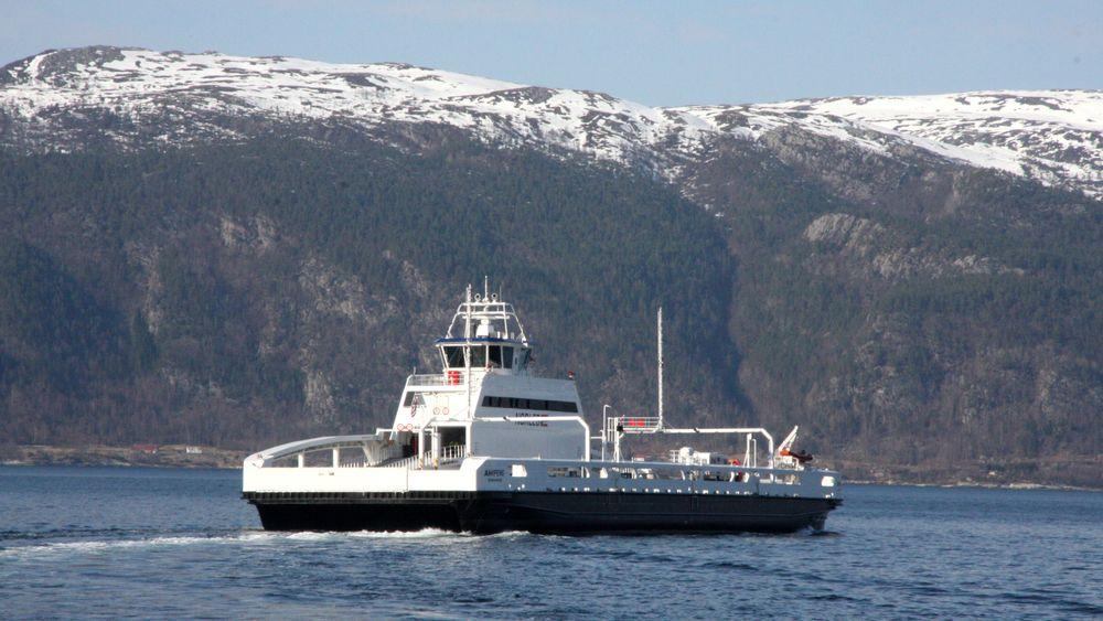 I 2014 lanserte vi verdens første elektriske ferge og i 2015 lanserte vi verdens første elektriske fiskebåt. Vi eier 40 prosent av alle batteridrevne skip i verden, og er størst når det kommer til landstrømanlegg, skriver Eirik Hordnes i dette innlegget. Bildet viser batterifergen Ampere som krysser Sognefjorden på E39 Lavik-Oppedal.