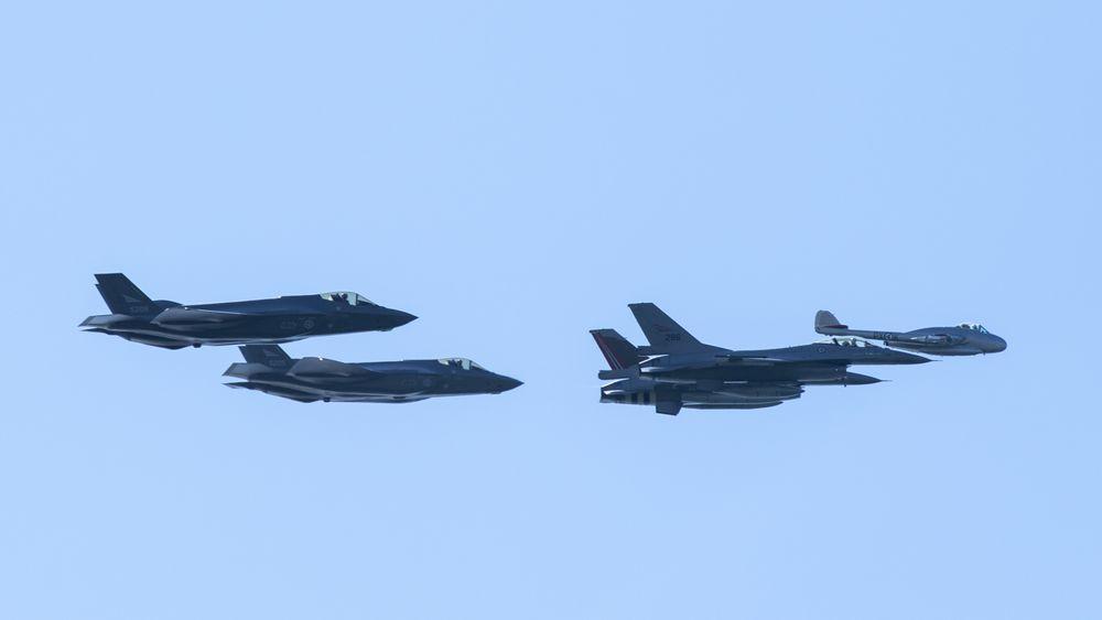 To F-35 bakerst, to F-16 i midten og et de Havilland Vampire, Luftforsvarets første jetjager, over Bodø 25. mai.