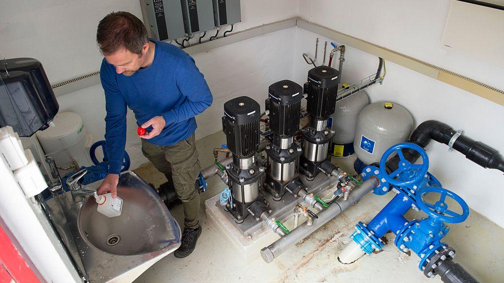 Leder for miljørettet helsevern i Askøy kommune Bengt Åage Borge tar prøver av vann fra Kleppe vannverk. Det er vann herfra som har ført til at flere tusen askøyværinger er blitt syke.