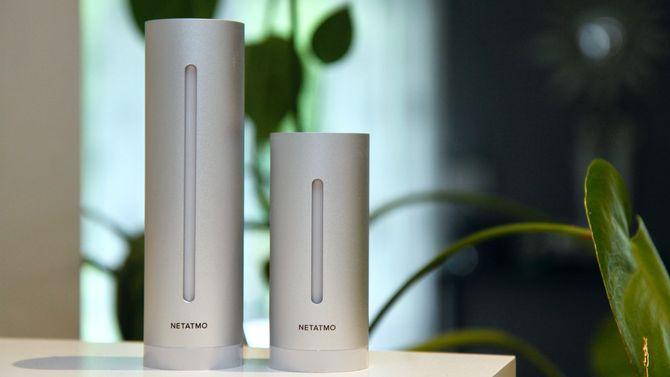 Den store enheten til venstre er innendørsmodulen. Den måler også lufttrykk, luftfuktighet, CO2-nivå og støy, mens den andre innendørsmodulen til høyre måler temperatur, luftfuktighet og CO2.