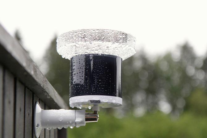 Regnmåleren kommuniserer trådløst med hovedenheten innendørs, og drives av vanlige AA-batterier som skal vare i opptil ett år.