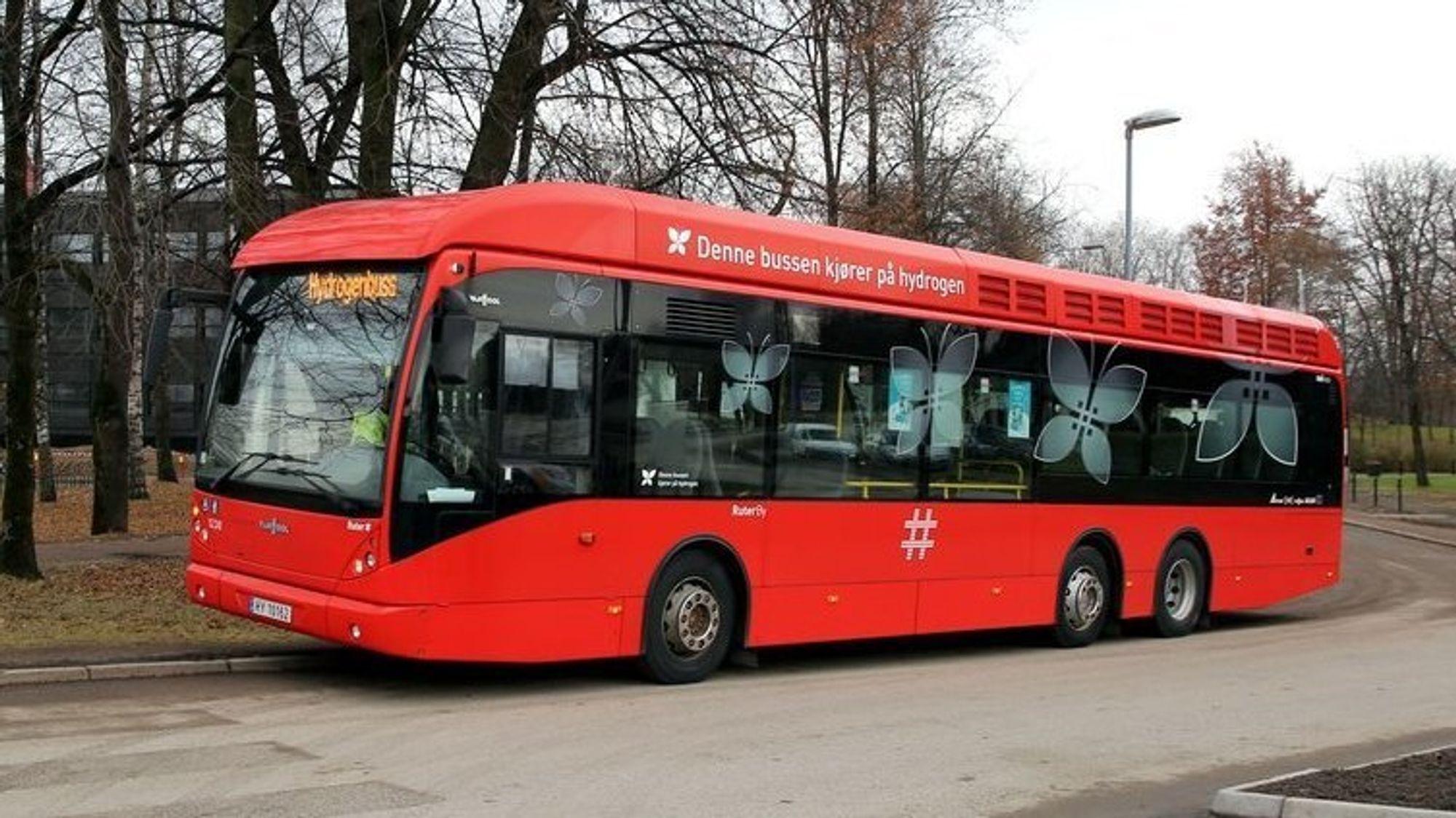 Oslo har testen bruken av hydrogenbusser siden 2012. Nå er bussene midlertidig parkert og fyllestasjonen på Rosenholm stenges.