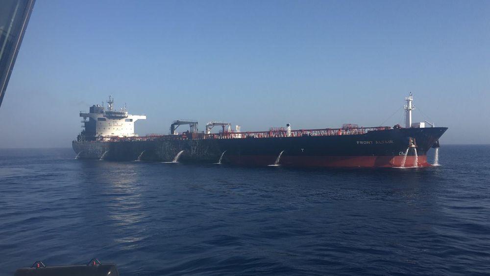 Flammene er borte: Tankskipet Front Altair under slukningsarbeidet i  Omanbukta. Oljetankeren som er eid av John Fredriksens rederi Frontline ble satt i brann i Omanbukta etter et angivelig angrep. Foto: Frontline Handout / NTB scanpix
