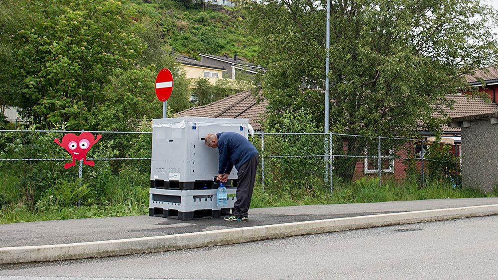 Vanntanker er plassert rundt på Askøy der folk som er tilknyttet Kleppe vannverk, kan tappe vann.