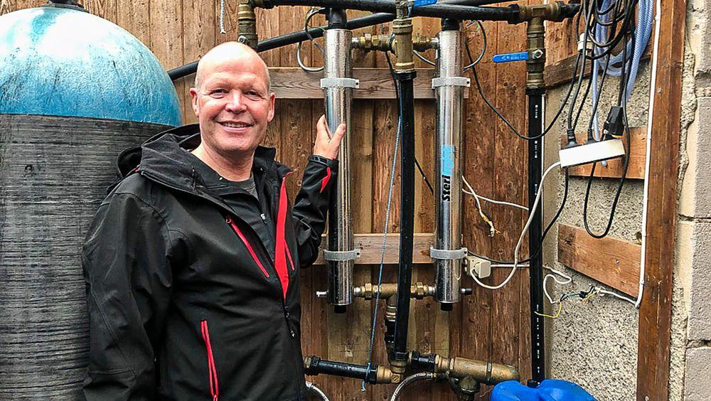 Roald Pettersen har 35 års erfaring med å gjøre drikkevann sikkert. Her er han på en jobb for å vedlikeholde renseanlegget til over hundre hytter som deler på vannforsyning, og hvor UV-behanlig er en viktig komponent for å sterilisere vannet.