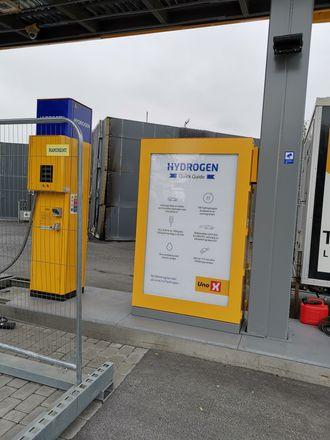 Det er noen få meter fra dispenseren til bygningen med elektrolysør og trykkbeholder for lagring av hydrogen under trykk. Foto: Tore Stensvold