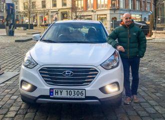 Tomas Fiksdal er en av få private som har kjøpt hydrogenbil.  Nå kan han ikke bruke Hyundaien sin.