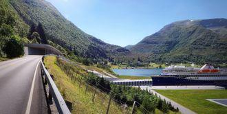 Et av Havila Kystrutens kystruteskip på vei inn i Stadskipstunnel ved Moldefjorden. Ved byggestart i 2021 kan tunnelen være klar i 2025.