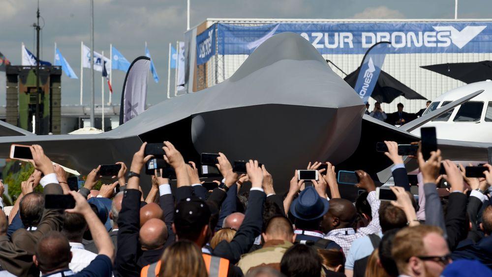 Avdukinga av konseptmodellen av det kommende fransk-tysk-spanske kampflyet på Paris air show mandag.