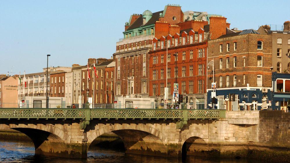 Fra 2030 skal det ikke være lov å kjøpe en ny bensin- eller dieselbil i Irland. Bildet viser en bro over elva Liffey i Dublin.