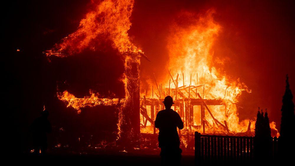 Brann i Paradise, California i 2018. 85 mennesker døde og 13.000 boliger brant etter at falne strømkabler antente voldsomme skogbranner i California i 2018. Nå har det konkursrammede strømselskapet PG & E inngått forlik med kommunene som ble rammet da og i tilsvarende branner i 2015 og 2017.