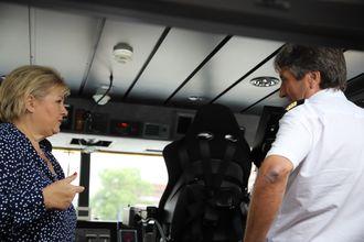 Statsminister Erna Solberg i samtale med kaptein Arild Nybakk på Tidevind om framtida for elektriske hurtigbåter.