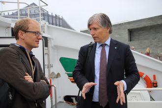 Teknologiansvarlig i Zero, Marius Gjerset, i diskusjon med klima- og miljøminister Ola Elvestuen.
