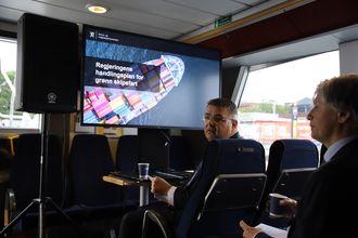 Olje- og energiminister Kjell-Børge Freiberg ser ut til å sitte i førersetet med klima- og miljøminister Ola Elvestuen i baksetet. 20. juni la regjeringen fram Handlingsplan for grønn skipsfart.