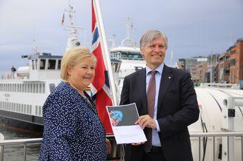 Statsminister Erna Solberg og klima- og miljøminister Ola Elvestuen med regjeringens handlingsplan for grønn skipsfart.
