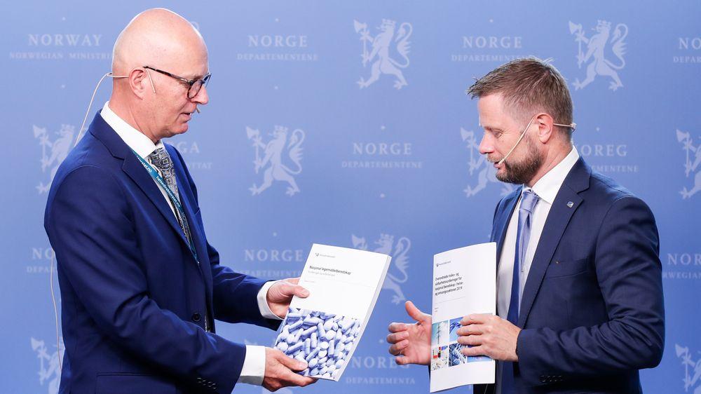 Helsedirektoratets Bjørn Guldvog (t.v.) overleverer rapporten med overordnede risiko- og sårbarhetsvurderinger for nasjonal beredskap i helse- og omsorgssektoren til helseminister Bent Høie (H).