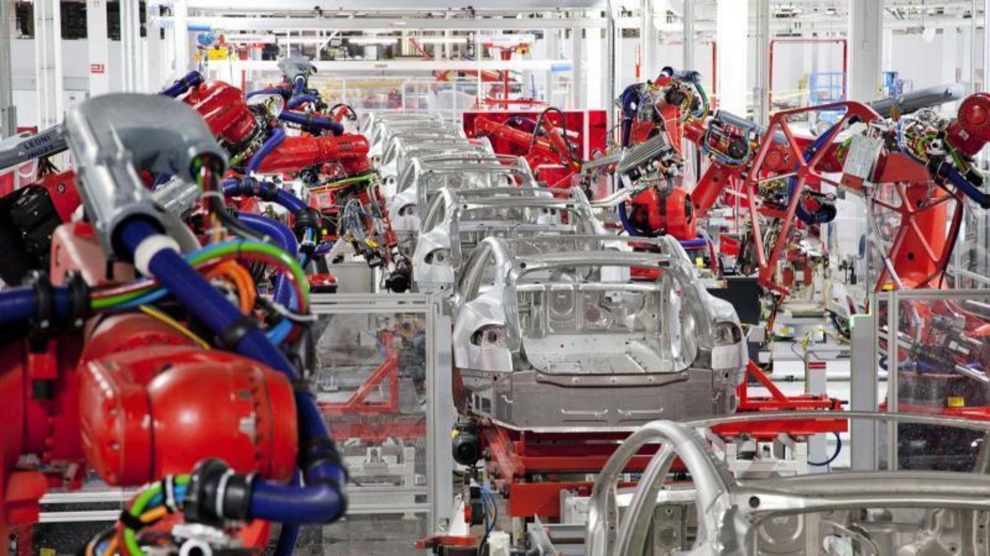 Tesla har hatt suksess, men de tyske bilprodusentene tråkker på bremsen når det kommer til elbiler. Over ser du Teslas Model 3 på samlebåndet.