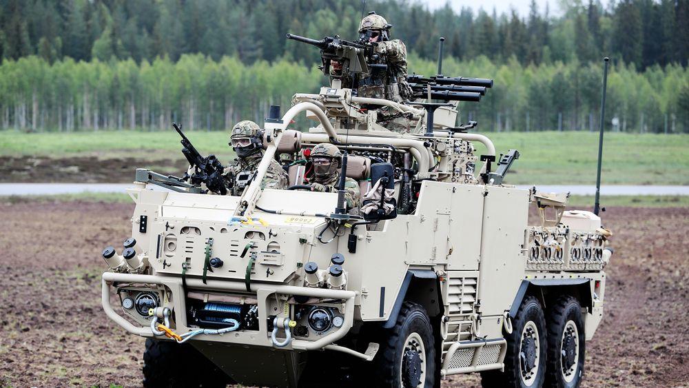 Fra en demo ved Forsvarets spesialkommando: Operatører på et Supacat HTM Extenda-kjøretøy sikrer et område.