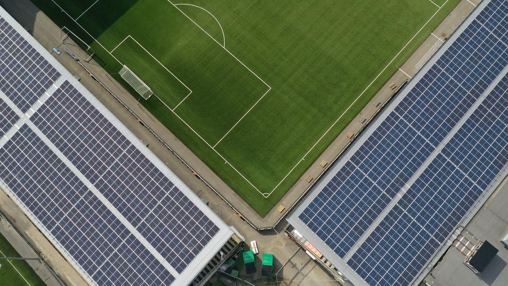 Det er installert 5700 kvadratmeter solcellepanel på Skagerak arena.