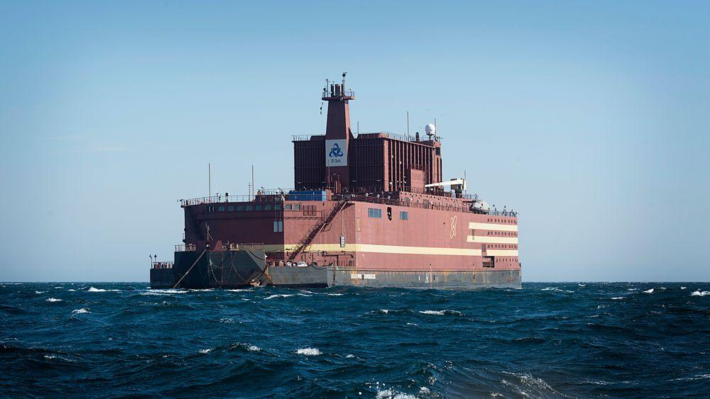 Det flytende russiske atomkraftverket Akademik Lomonosov, under transport utenfor kysten av Norge i 2018.