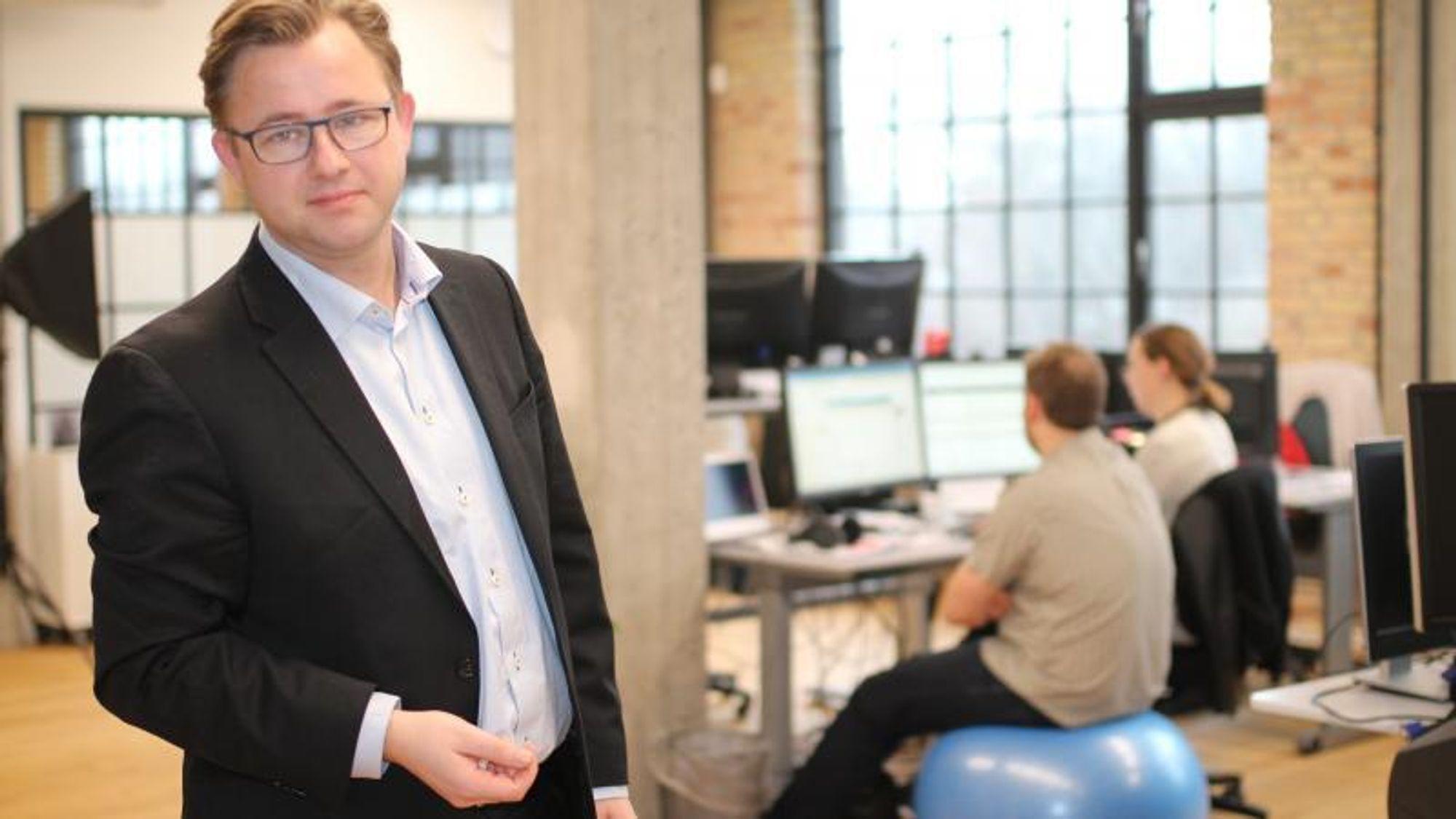Henrik Stenmann ar direktør og eier av IIH Nordic. Han blir irritert når folk kaller inn til møter om formiddagen når medarbeiderne er mest produktive.