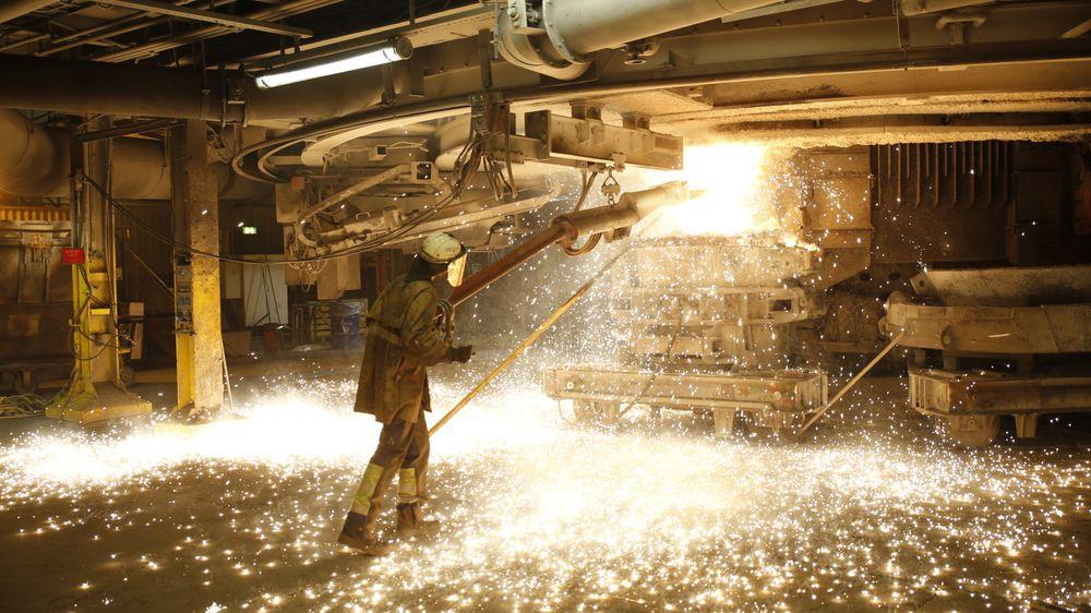Smelteovn for silisium hos REC Solar. Nå legges produksjonen om.
